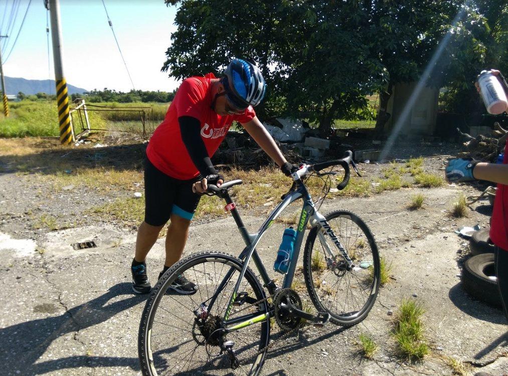 秉諺下自行車後,雙腳抽蓄不止,只能趕緊拉筋、舒緩肌肉。特約記者黃怡菁/攝影
