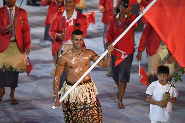 東加王國掌旗官陶法托夫瓦,塗得油亮的精壯身材和帥氣臉蛋,讓他立刻成為推特上的熱門...