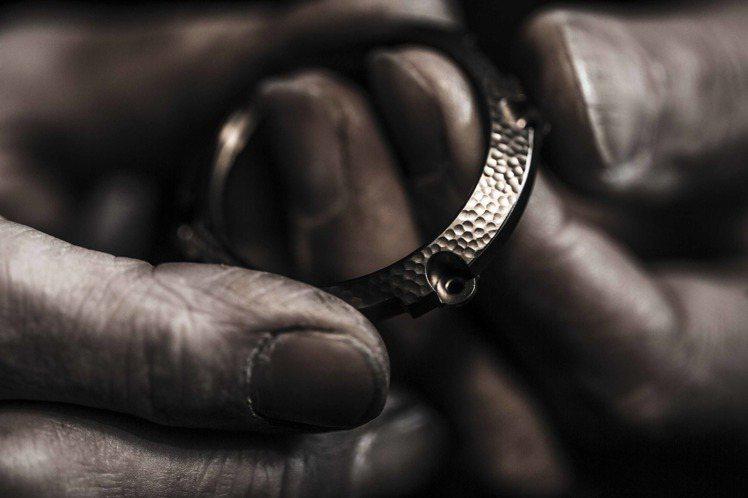 卡西歐G-SHOCK MRG-G1000HT精細的鎚起紋路布滿表圈,展現細膩的日...
