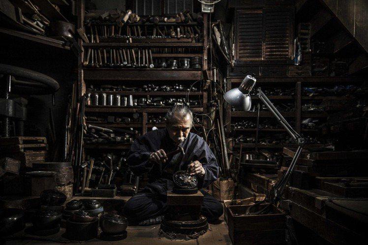 日本家傳三代金屬工藝的國寶級藝術家淺野美芳參與製作G-SHOCK MRG-G10...