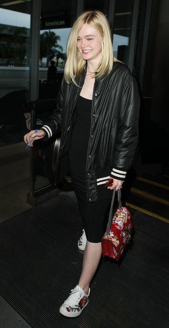 艾兒芬妮也曾被拍到穿著ACE 花朵刺繡運動鞋上街,手上還拎品牌Dionysus包...