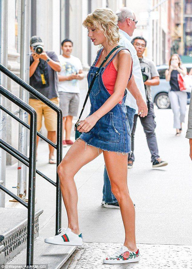 泰勒絲穿著Gucci的Ace花朵刺繡運動鞋出門。圖/摘自英國每日郵報