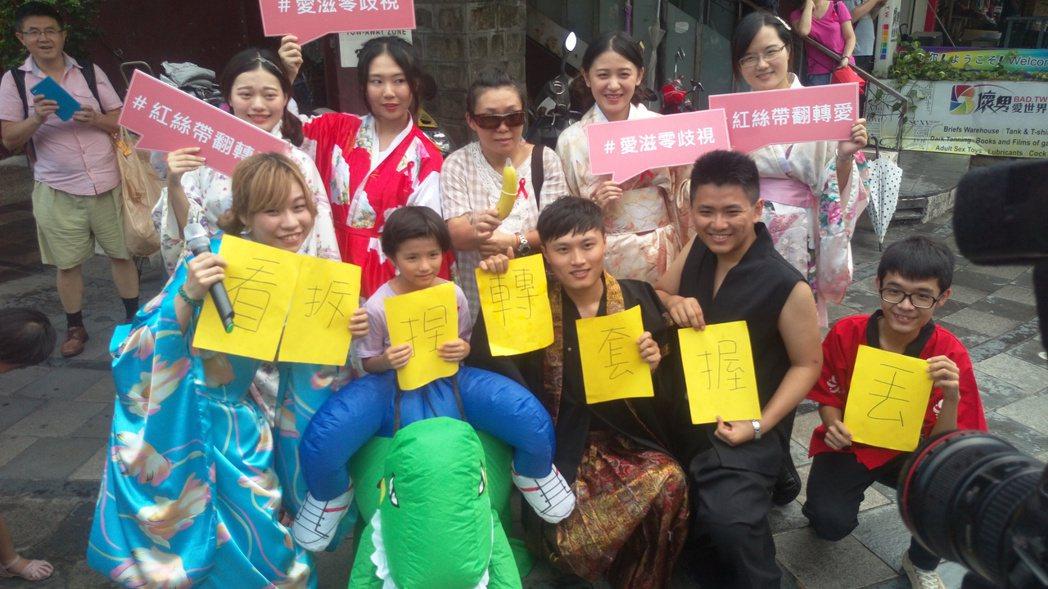 台灣紅絲帶基金會與「愛現幫」提醒民眾,使用保險套時可掌握「看、拆、捏、轉、套、握...