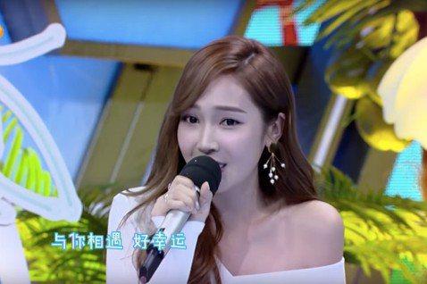 Jessica 30日出演湖南衛視「快樂大本營」,同時也在節目上展現完美歌喉為觀眾獻唱小幸運。Jessica一開口頓時成為現場焦點,更有人在影片底下留言表示Jessica就是他們最想留住的幸運。網友...