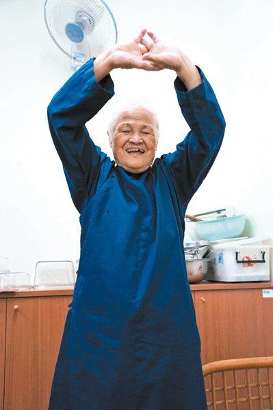 陳綢阿嬤最愛拉筋做養生操,讓人看不出她已經高齡八十六歲。 記者陳妍霖/攝影