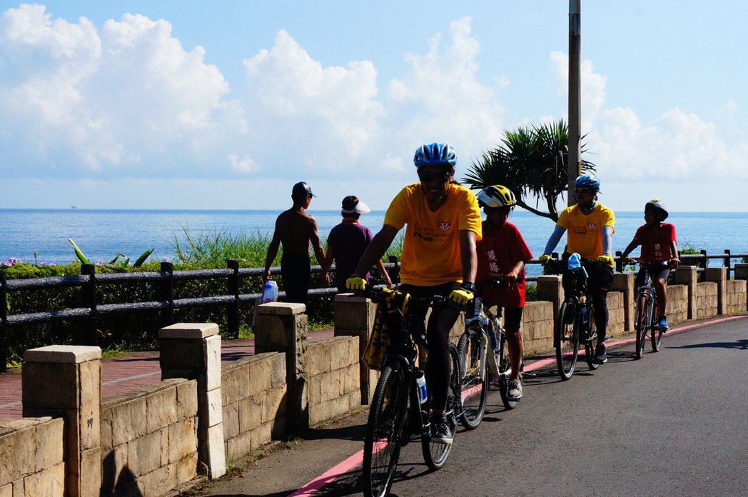 董事長樂團與小騎士一同騎騁在北部濱海公路,沿途風光明媚。 約記者黃怡菁/攝影
