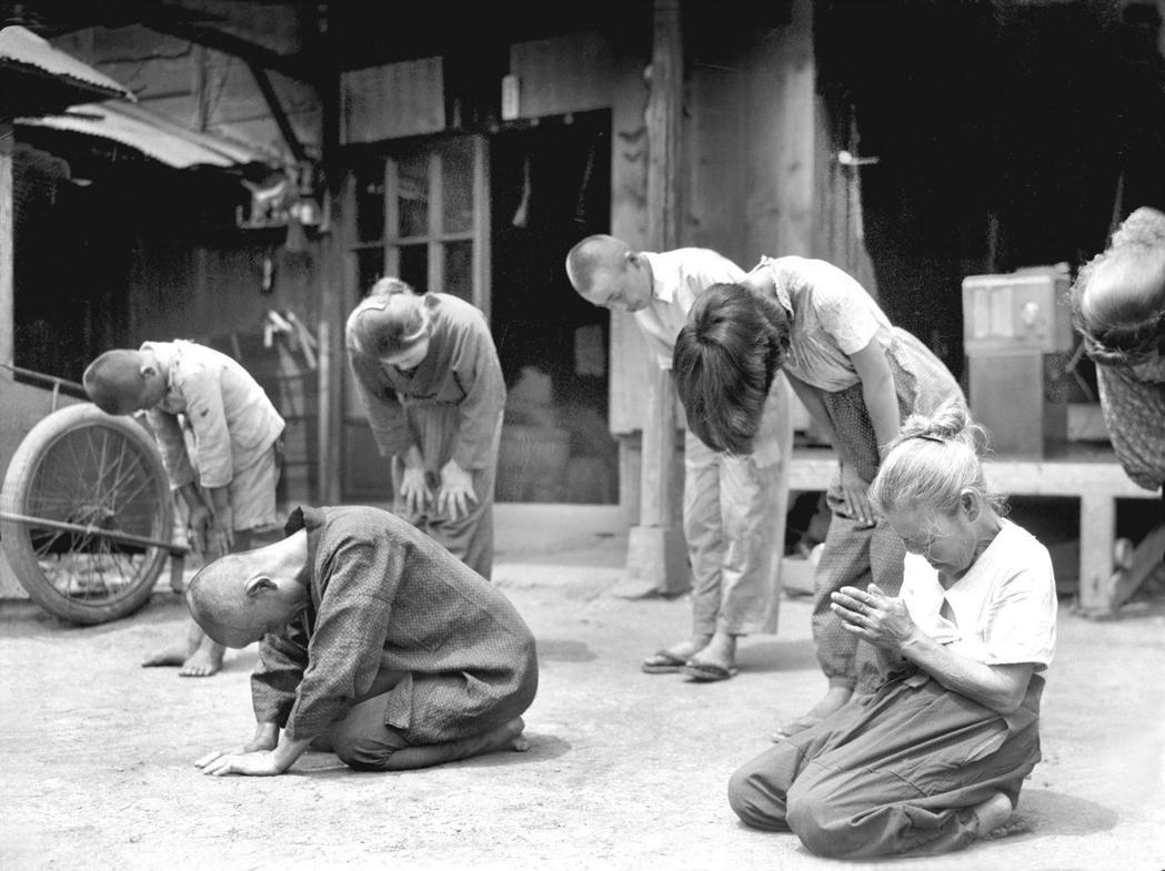 眾所皆知,日本新憲法與天皇地位入憲,是二戰結果所致。圖為1945年8月,聆聽天皇...