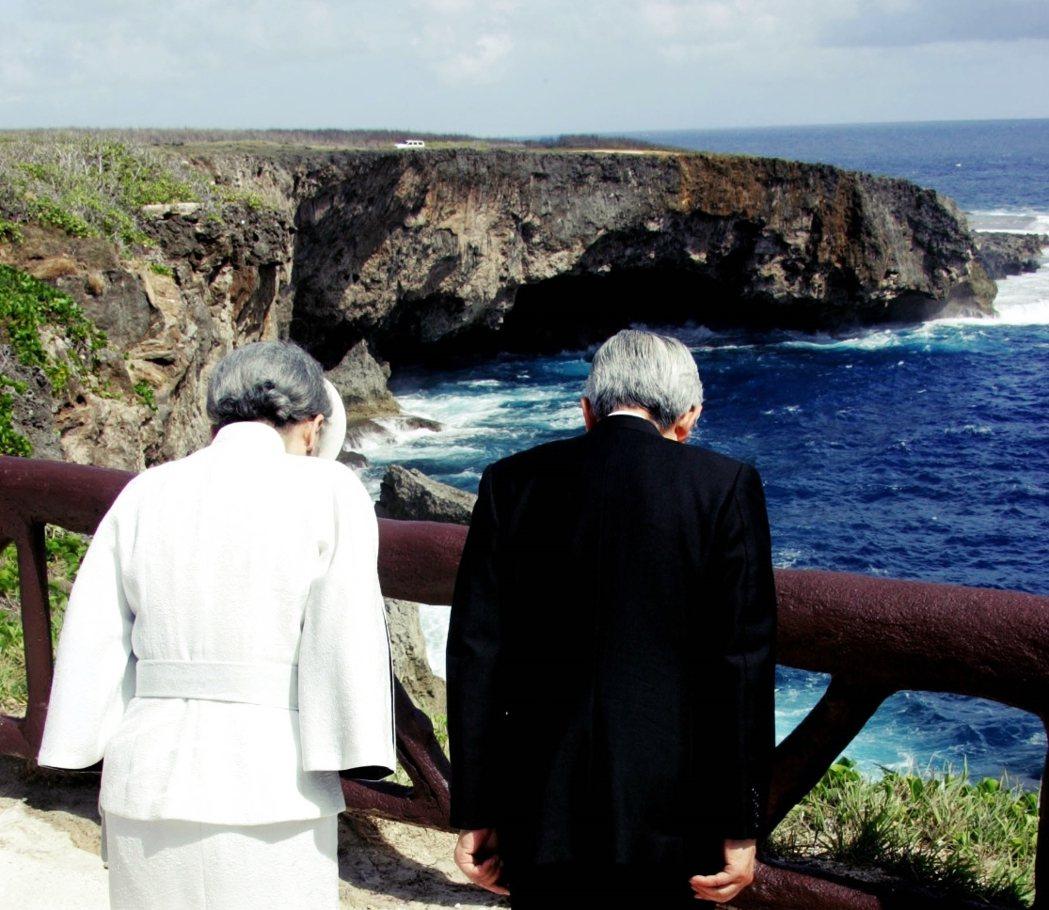 戰後60年(2005年),天皇夫婦在塞班島的「萬歲崖」前,對大戰死難者致意。在1...