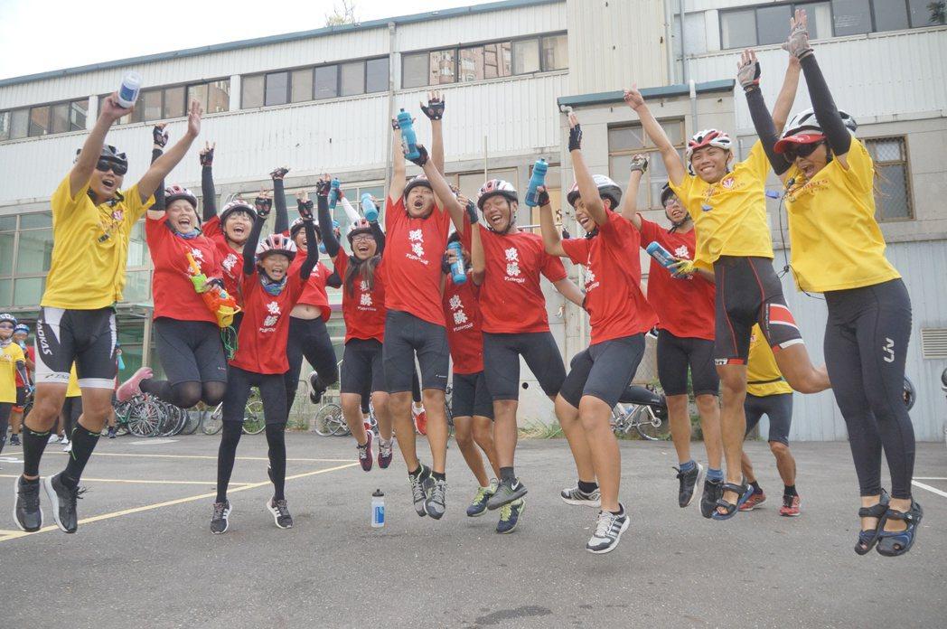 嘉義林業生車隊抵達終點後,全隊一起歡呼。特約記者黃怡菁/攝影