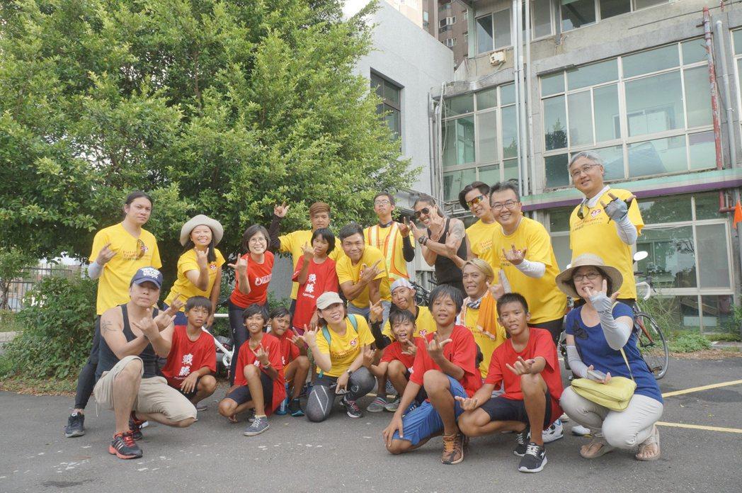 孩子的書屋與董事長樂團共同於終點合影。特約記者黃怡菁/攝影