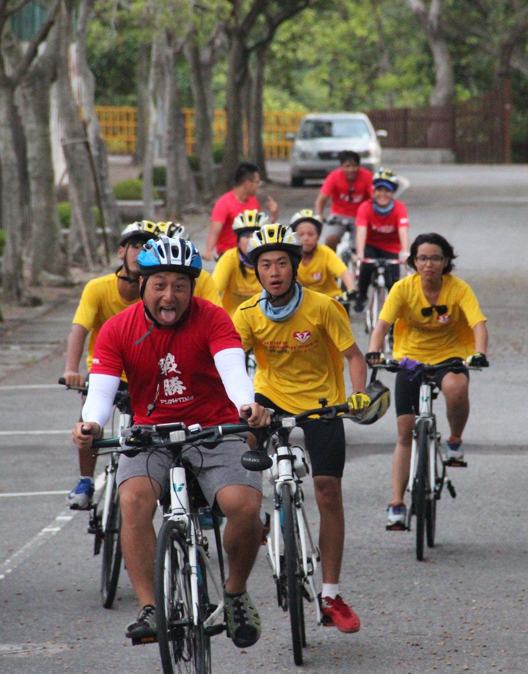 夢想隊騎士抵達終點前的衝刺,隊友就在前方為他們歡呼。特約記者簡鈺璇/攝影
