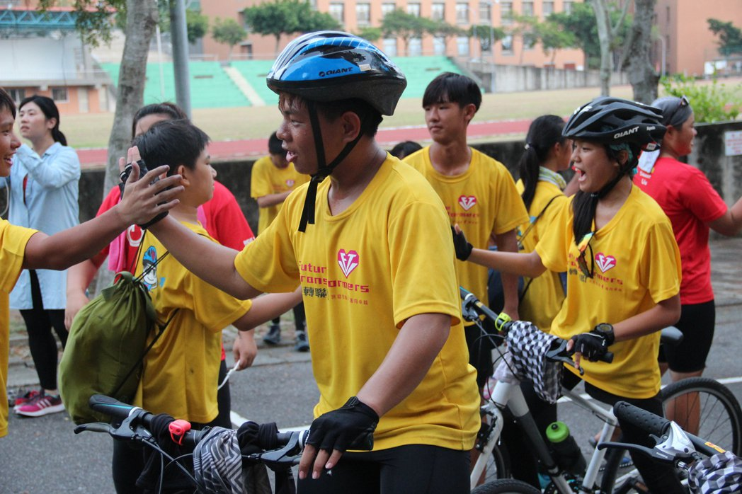 騎士到達終點後,受到夥伴熱烈歡迎。特約記者簡鈺璇/攝影