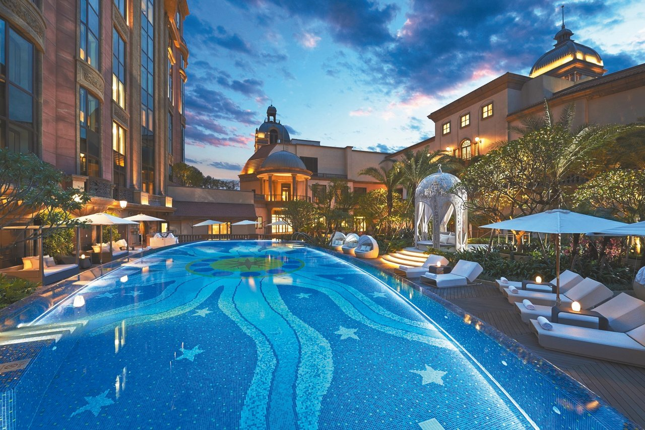 台北文華東方酒店歐式庭園戶外游泳池。 圖/台北文華東方提供