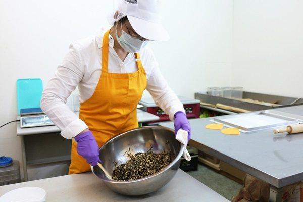 台灣酥糖製作時,先將堅果和麥芽糖均勻混合。 圖片/廠商提供