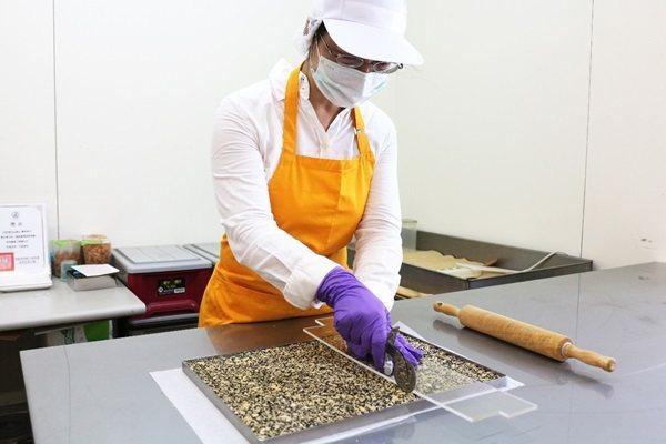 漿攪拌混合好的原料倒在鐵盤,桿平壓實。 圖片/廠商提供