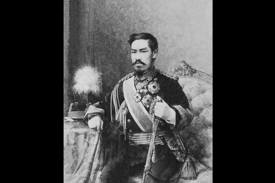 透過強迫全體國民信仰天皇,藉政教合一以推動集權統治,扮演了軍國主義崛起的重要支柱...