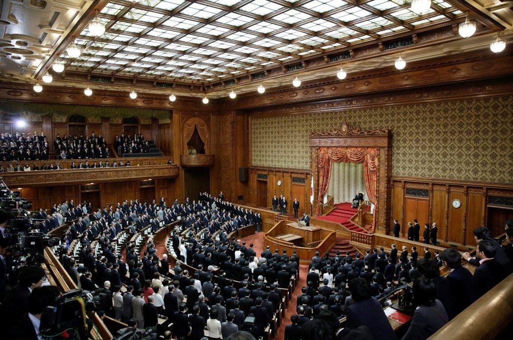 國會議事廳裡,你找到天皇了嗎?新的日本國憲法更是嚴禁天皇干政,其職務僅限於象徵性...
