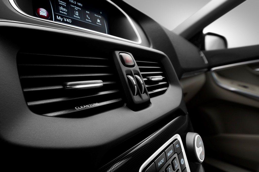 2017年式40與60車系於中央出風口放上象徵純淨車室的CLEANZONE字樣。...