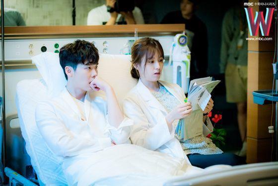 《W 兩個世界》是目前網路聲量極高的當紅韓劇之一,女主角韓孝周跟李鍾碩的姐弟戀搭...