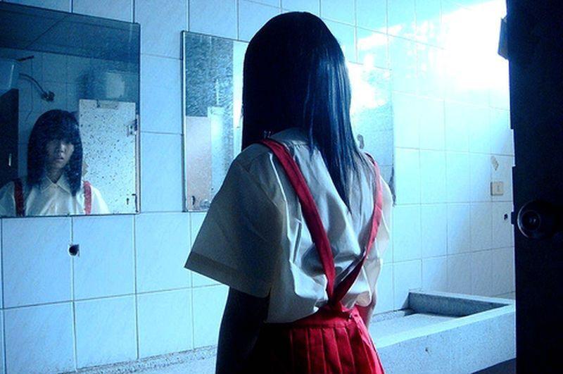 花子身份最廣為流傳的版本,是假日到學校遊玩的小女孩被變態追趕,躲在學校廁所第三間...