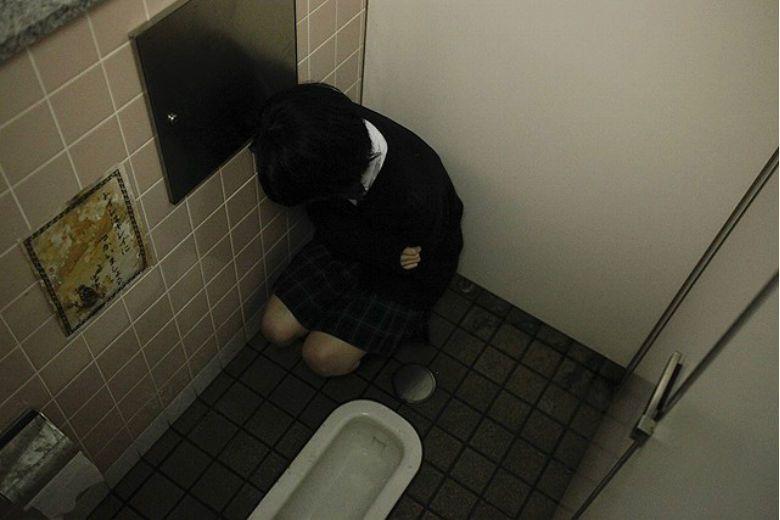傳說中,在學校三樓的廁所裡,往門上輕輕敲三下後問:請問花子在嗎?...... 圖/《トイレの花子さん 新劇場版》