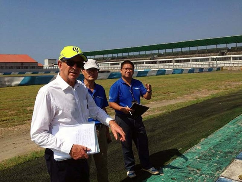 FIA專員Tim Schenken(白衣者)仔細檢視PIC跑道的每個環節,態度嚴...