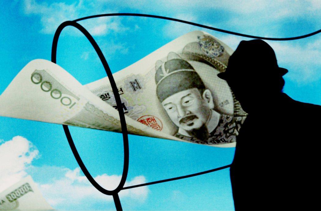 《金英蘭法》規定:公職人員、媒體工作者、私校職員,若收受超過100萬韓元以下的財...