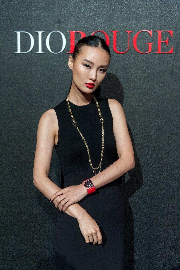 唐熒霜演繹迪奧藍星唇膏。圖/Dior提供