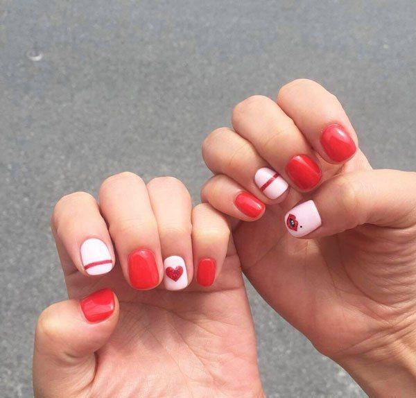 將顔色塗滿整個指甲的塗髮雖然傳統卻毫無新意,今年最流行的美甲方式是只給你的指甲塗...
