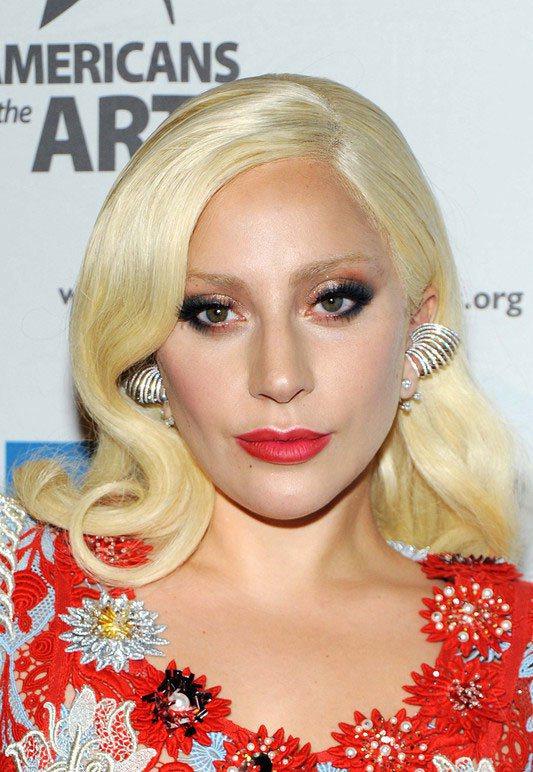 """自從Gaga不走""""雷母""""路線後,基本都是以複古造型示人,大波浪卷、空氣感劉海、齊..."""