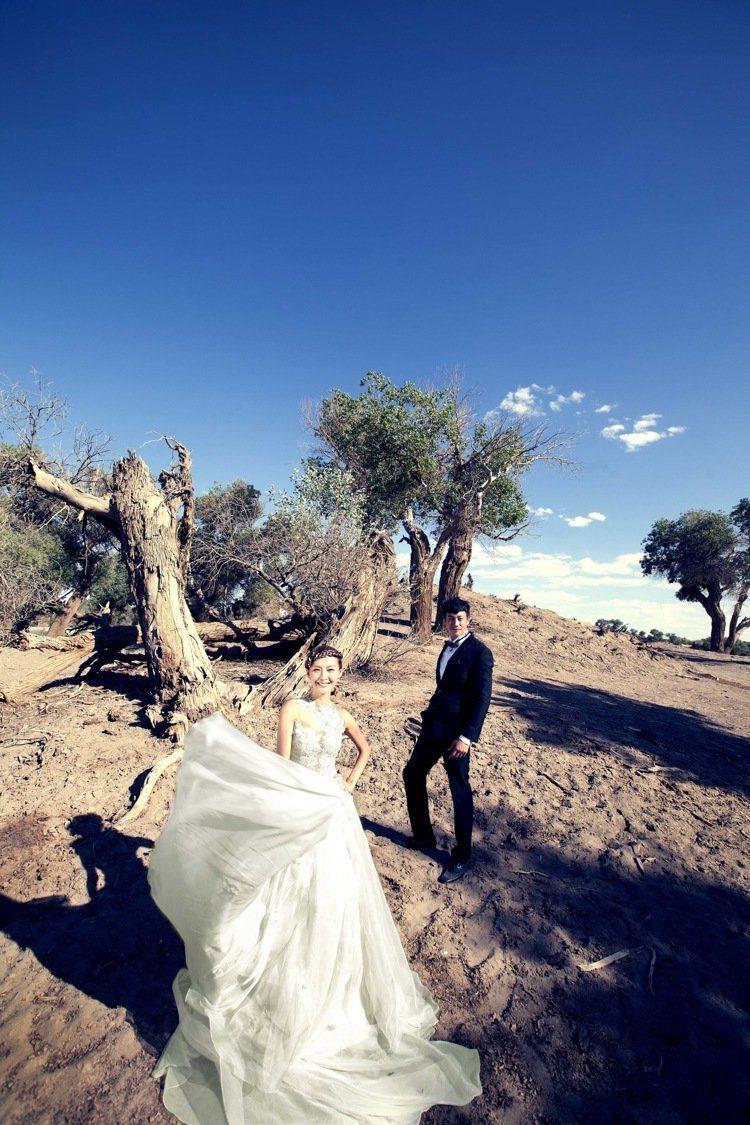 何潤東(右)與老婆日前赴沙漠婚紗照。圖/達騰娛樂提供