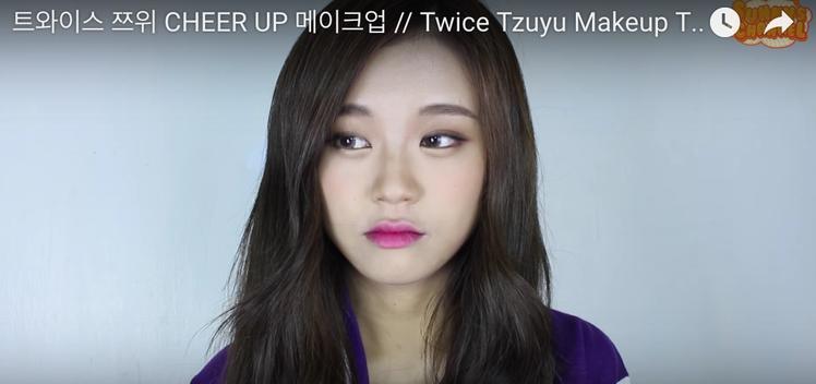 美妝部落客模仿周子瑜。圖/摘自Youtube