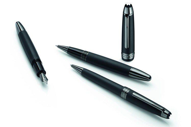萬寶龍大師傑作系列極黑特別款鋼筆(左)20,200元、鋼珠筆(右上)16,200...