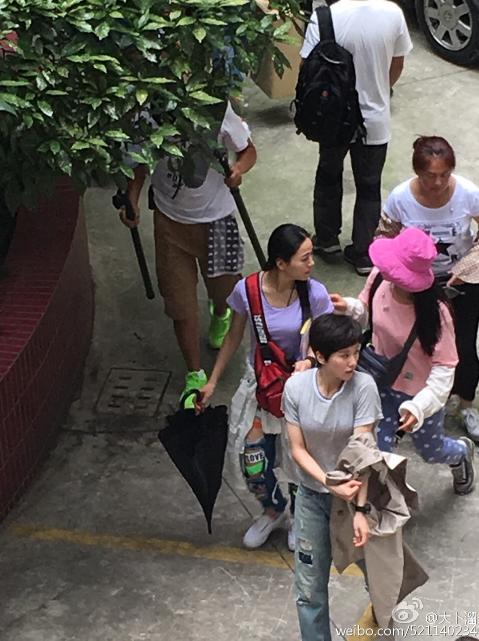 劉詩詩(前)拍攝電影「緝凶者」,網友拍下她的短髮造型。圖/摘自微博