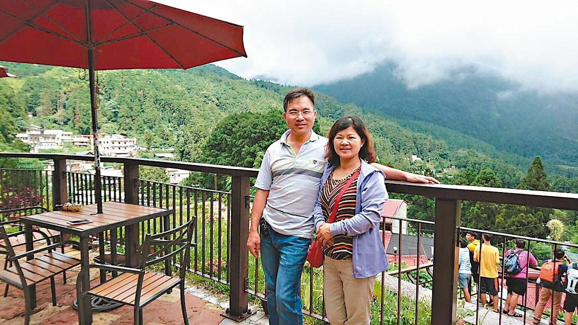 嵩岳咖啡業者郭章盛夫婦,在古坑石壁老家栽種藝伎咖啡豆,預計明年可上市。 記者胡瑋...