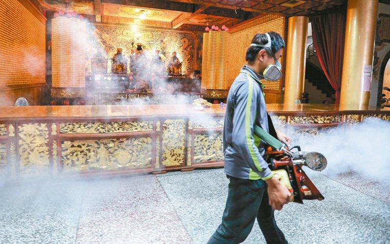 登革熱去年在南部大流行,地方投入大批人力噴藥消毒,連關帝廟裡神壇前都不敢馬虎。 ...