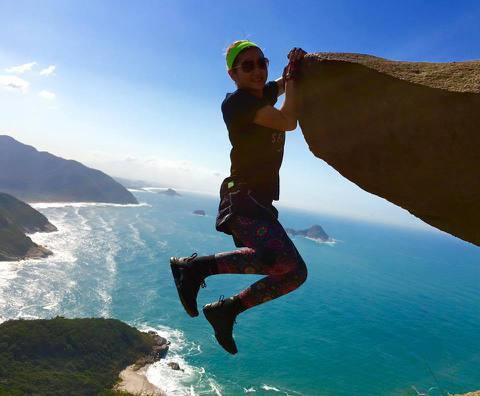 Selina到巴西里約觀賞奧運賽事,也趁機到當地的著名景點Pedrado Telégrafo觀光,更拍下像是在懸崖邊攀岩的照片,還寫道:「姊的洪荒之力 已在里約徹底釋放~」讓人看了好驚險!不過有去...