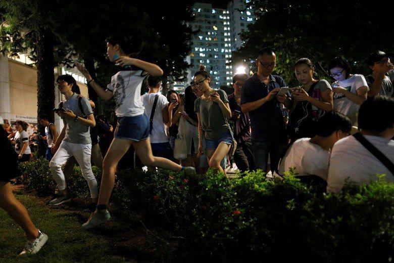 香港玩家玩《Pokemon GO》。 圖/路透社