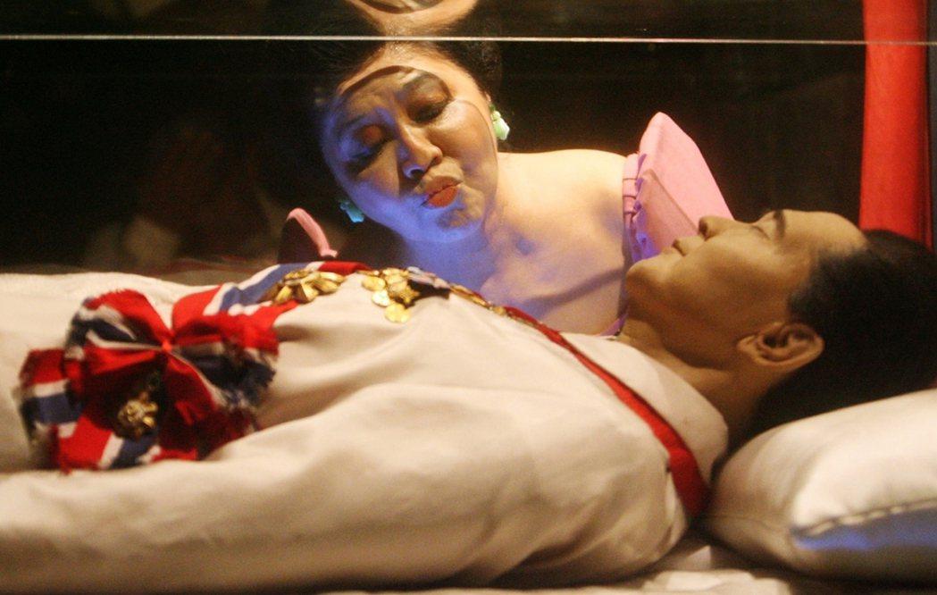 每年9月11日馬可仕冥誕之日,伊美黛都會在玻璃棺前為馬可仕「慶生」。 圖/路透社