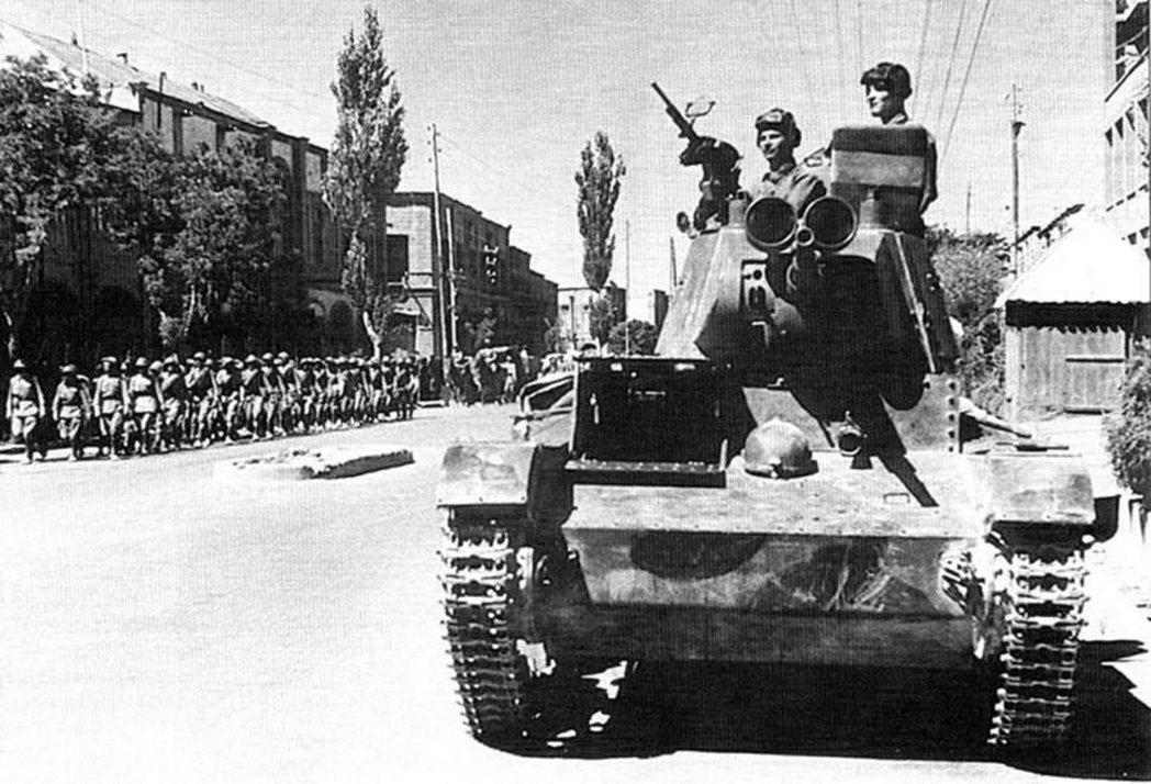 入侵伊朗,蘇聯紅軍T-26坦克在大不里士。 圖/維基共享