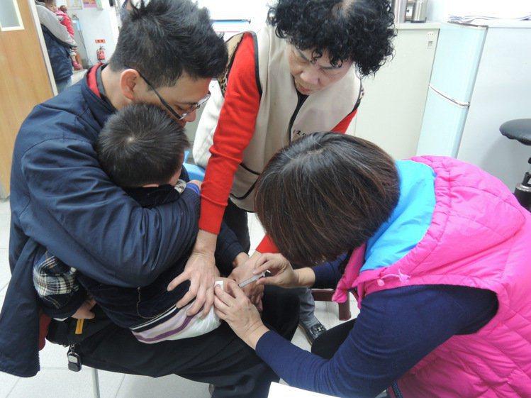國內規定,幼童15個月後,家長就應帶孩子接種疫苗。圖/彰化縣衛生局提供