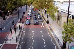 行人過馬路不再被車撞!看倫敦的斑馬線與路口號誌設計