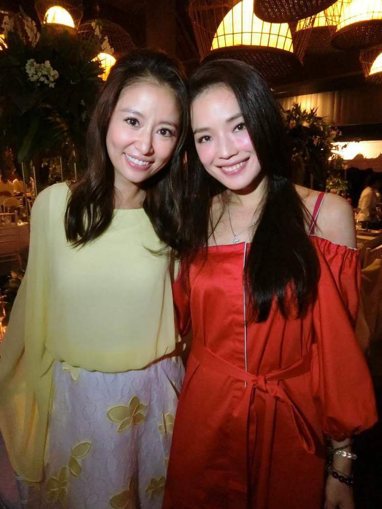 好姐妹舒淇(右)在迎賓晚宴上和新娘林心如合照 圖/林心如工作室提供