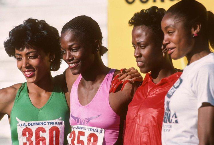 """1984年,洛杉矶奧運會上田徑名將""""飛蝴蝶""""葛麗菲絲·喬伊娜(Florence ..."""