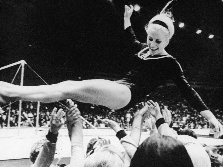 繼日本東京夏季奧運會上獲得三枚金牌一枚銀牌後,1968年,捷克斯洛伐克體操運動員...