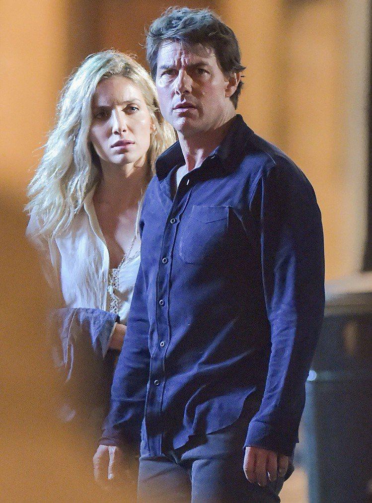 湯姆克魯斯與安娜貝爾華莉絲拍新版「神鬼傳奇」相處融洽。圖/達志影像