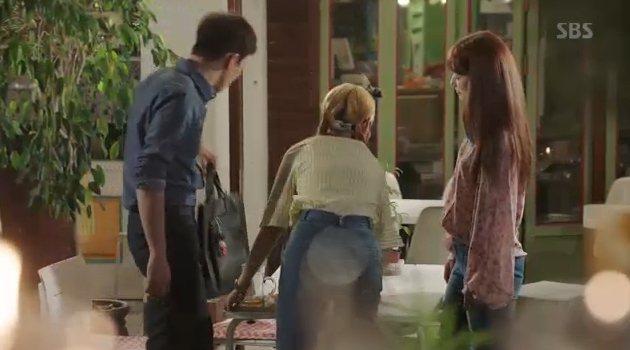 朴信惠在「Doctors」穿著BCBGMaxazria繁星絲質襯衫。圖/摘自SB...