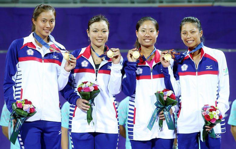 詹皓晴(左起)、詹詠然、詹謹瑋與謝淑薇在亞運擊敗中國隊摘下金牌的合影。 圖/聯合報系資料照片
