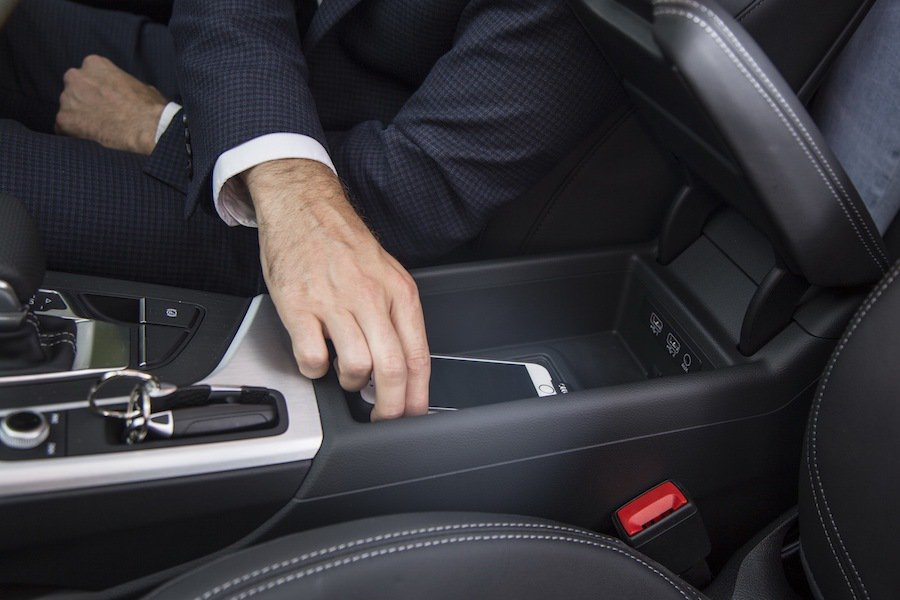 只要將裝上保護殼的手機放到Qi充電平台上,就可馬上進行充電。 Audi提供