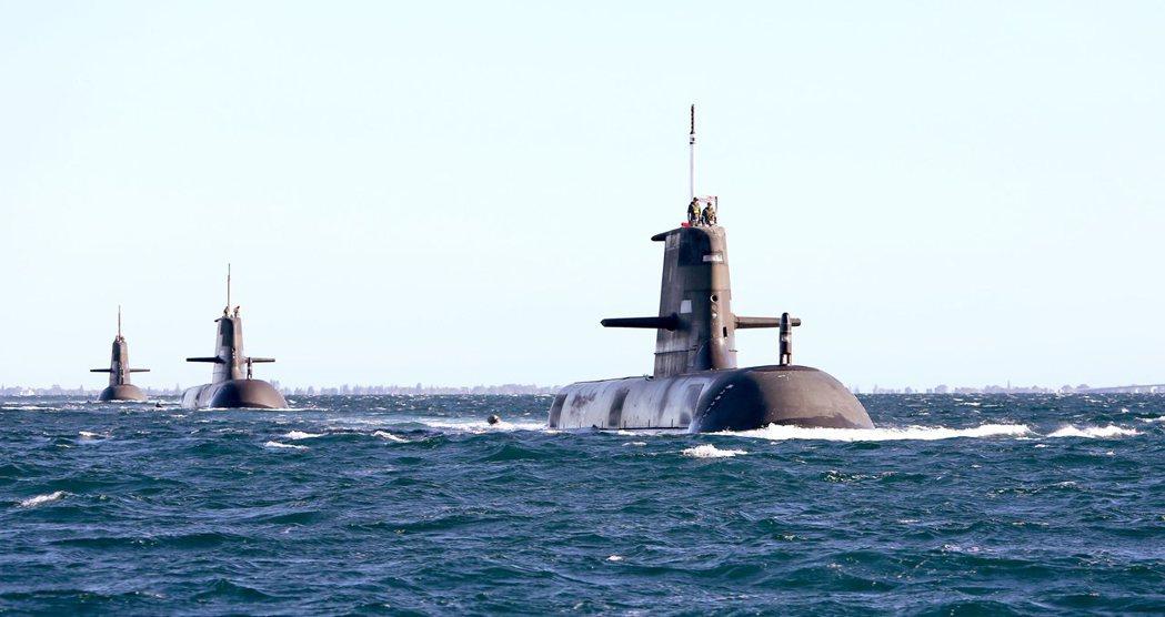 由6艘柯林斯級潛艇組成的澳洲水下主力。圖由前至後分別為狄千諾號(HMAS Dec...